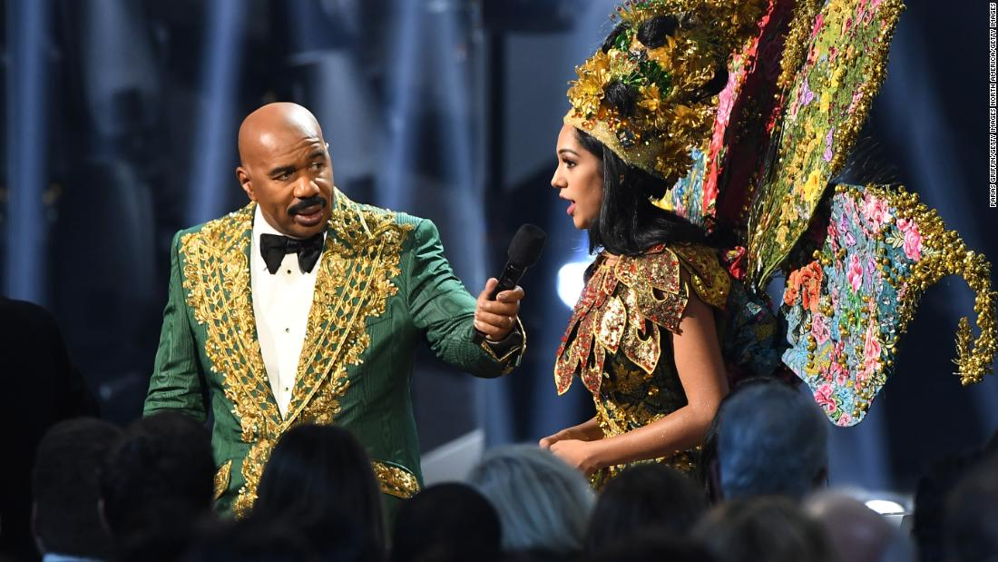 Steve Harvey has another awkward Miss Universe moment